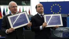 Julio Borges, presidente de la Asamblea Nacional (derecha) y Antonio Ledezma (izquierda) posan junto al premio Sájarov en representación de la oposición democrática en Venezuela.Estrasburgo, Francia, el pasado 12 de diciembre de 2017. EPA-EFE/IAN LANGSDON