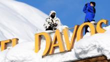 Miembros de la policía secreta suiza vigilanel recinto donde tiene lugar el foro económico de Davos. Foto:EPA-EFE/LAURENT GILLIERON
