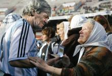 """Argentine former soccer player Rene """"el Loco"""" Houseman (L) receives a medal commemorating the 30 anniversary of Argentina's soccer national team winning the World Cup, in Buenos Aires, Argentina, June 29, 2008. EPA-EFE FILE/Cezaro De Luca"""