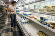 A person browses through nearly empty supermarket shelves in Caracas, Venezuela, Sep 12, 2018. EPA-EFE FILE/MIGUEL GUTIERREZ