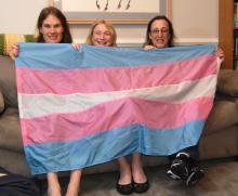 La bandera transgénero, diseñada porMonica Helms (derecha). Foto: National Museum of American History Smithsonian Institution.