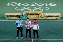 Atletas posando con sus medallas durante los Juegos Olímpicos de 2016 en Río..