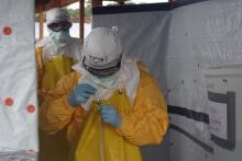 CDC Director exiting Ebola treatment unit. (CDC, víaFlickr).
