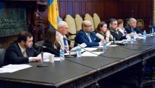 """Miembros de la comunidad y legisladores de Pensilvania y Puerto Rico se reunieron en la alcaldía de Filadelfia parabuscarle una solución al """"puente aéreo""""."""