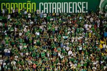 Miles de fanáticos asistieron al homenaje a los jugadores del Chapecoense que fallecieron en el accidente aéreo el pasado Noviembre. Foto: EFE