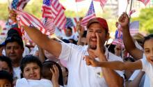 Los hispanos no solo sonuna fuerza de mercado emergente, tambiénson generadores de crecimiento económico . EFE
