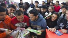 """Cientos de personas se disputan los juegos y DVDs en rebaja en un almacén durante la apertura de ventas en el """"viernes negro"""""""
