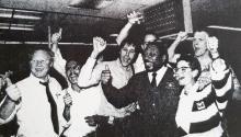 El 13 de abril, la sala de redacción del Oakland Tribune, liderada por el presidente Bob Maynard (centro, con chaqueta y corbata), celebraron después de ganar el premio Pulizter por su cobertura del terremoto de Loma Prieta. Foto cortesía del Maynard Institute. Foto: Cortesíadel instituto Maynard.