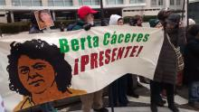 Protest in Washington DC calls for Justice for Berta Cáceres por SOA Watch vía Flickr. Attribution-NonCommercial-ShareAlike 2.0 Generic (CC BY-NC-SA 2.0).