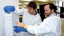 El investigador Luis J. Montaner (derecha), en su laboratorio de The Wistar Institute junto a un miembro de su equipo. The Wistar Institute.