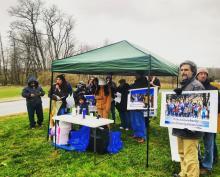 """El pasado 15 de abril, un grupo de manifestantes organizó una protesta frente al Berks County Residential Center para exigir la liberación de las familias detenidas en las polémicas instalaciones (foto cedida por miembros del colectivo """"Cierren Berks"""" [Shut Down Berks])."""