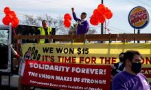 Empleados de Burger King exigiendo que se les paguen salarios más altos en Sacramento, CA. FOTOGRAFÍA: Jason Piece/Sacramento Bee