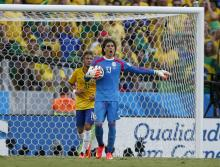During their unbelievable 0-0 draw against the host nation, Mexian goalkeeper Memo Ochoa save six shots at nearly point blank range / EFE