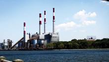 Vista del exterior de la Estación de Energía Ravenswood, que utiliza gas natural, gasolina y keroseno para impulsar sus caldera en Long Island, Nueva York (EE.UU.). efe