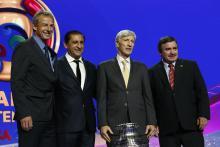 De izquierda a derecha, los directores técnicos de Estados Unidos, Jürgen Klinsmann; Paraguay, Ramón Díaz; Colombia, José Néstor Pékerman, y Costa Rica, Oscar Ramírez, posan en el sorteo oficial de la Copa América Centenario 2016 el domingo 21 de febrero de 2016, en el Hammerstein Ballroom en Nueva York (EE.UU.). EFE.