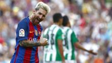 El delantero argentino del FC Barcelona Leo Messi celebra su segundo gol, quinto para su equipo durante el partido de la primera jornada de Liga en Primera División entre el FC Barcelona y Real Betis Balompié que se disputa esta noche en el estadio del Camp Nou. EFE