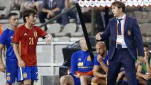 El seleccionador nacional español Julen Lopetegui (d) da instrucciones a David Silva (i), durante el partido amistoso que las selecciones de España y Bélgica disputan hoy en el estadio Rey Balduino de Bruselas, Bélgica. EFE