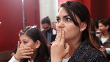 Colombianos reaccionan tras escuchar los resultados del plebiscito el domingo 2 de octubre de 2016, en Bogotá (Colombia). EFE