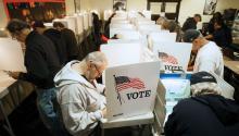 Votantes en el díade elecciones / Voters on Election Day. EFE
