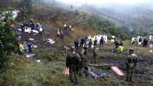 Equipos de rescate recuperan cuerpos de los miembros del equipo Champecoense tras el accidente aéreo en La Unión, provincia Colombiana, durante la noche de ayer. Foto: EFE.