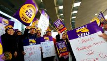 Protests in O'Hare International Airport yesterday to demand an increase in minimum wage. EFE/Enrique García Fuentes