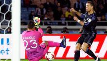 El jugador del Real Madrid Cristiano Ronaldo (dcha) marca el 2-0 en la portería de Moisés Muñoz (izq), del Club América, durante el partido de semifinales del Mundial de Clubes entre el Real Madrid y el Club América de México en el estadio de Yokohama, en el sur de Tokio (Japón). EFE
