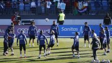 El Real Madrid entrenandoen la Ciudad Deportiva de Valdebebas, con público en las gradas, para preparar la importante cita de los octavos de final de la Copa del Rey frente al Sevilla, el próximo miércoles, 4 de enero. EFE