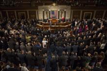 Los miembros del Congreso juran su cargo antes de reelegir de forma casi unánime al republicano Paul Ryan presidente de la Cámara de Representantes de Estados Unidos durante una sesión del Congreso en el Capitolio, Washington, Estados Unidos hoy 3 de enero de 2017. EFE/Jim Lo Scalzo