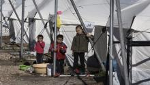 Refugee children playing in Hellinikon refugee camp, in Greece, last weekend. More than 500 hundred refugees, most of them Afghan, live under camping tents provided by the U.N. Doctors without Borders alerted that their health is threatened by the cold wave and winter weather. Trump accuses Angela Merkela's welcome policy to refuggees to be a catastrophic mistake. EFE/Simela Pantzartzi.