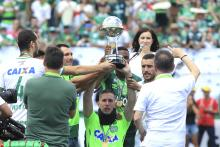 The survivors of the Chapecoense plane crash Neto, Jakson Follmann, and Alan Ruschel, received the Copa Sudamericana trophy before the friendly match between Chapecoense and Palmeiras. Photo:EFE