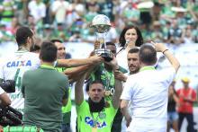 Los supervivientes del accidente aéreo de Chapecoense, Neto, Kackson Follmann y Alan Ruschel, recibieron el trofeo de la Copa Sudamericana antes del partido amistoso entre el Chapecoense y el Palmeiras. Foto: EFE