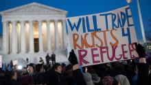 Personas junto con integrantes del Senado y la Cámara de EE.UU. participanen una manifestación en oposición a la prohibición de inmigración del presidente de EE.UU. Donald Trump, en frente de la Corte Suprema en Washington. EFE