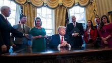 """La Casa Blanca de Trump ha decidido que la mejor manera de lidiar con cualquier institución o grupo que podría interponerse en su camino es intentar deslegitimarlo, sin descanso. Esto ha llevado a una estrategia feroz de ataque hacia los medios de comunicación, que ahora el presidente dice que es """"son el partido de oposición"""". EFE"""