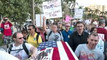 Manifestantes protestan con carteles contra el presidente de Estados Unidos, Donald Trump, en West Palm Beach (Fl, EE.UU.). En medio de una jornada de protestas en todo el país contra el presidente de Estados Unidos, Donald Trump, unas 3.000 personas marcharon hoy en West Palm Beach, en Florida, donde el mandatario participará en el baile anual de recaudación de fondos que celebrará la Cruz Roja estadounidense, al que asistirá junto a la primera dama, Melania Trump. EFE