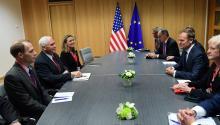 El presidente del Consejo Europeo, Donald Tusk (2-d), y el vicepresidente de Estados Unidos, Mike Pence (2-i), durante su reunión en Bruselas, Bélgica. En el Parlamento Europeo no son pocos los delegados que han declarado que las condiciones en las que han accedido a los documentos de las negociaciones han sido alarmantes. EFE