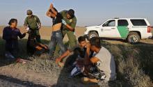 """Agentes de la Patrulla Fronteriza de Estados Unidos (USBP) detienen a varios hombres sospechosos de haber cruzado el Río Grande para pasar ilegalmente la frontera con los Estados Unidos cerca de McAllen en Texas (Estados Unidos). El presidente de los Estados Unidos, Donald Trump, aseguró ante la sesión conjunta del Congreso que la construcción del muro en la frontera con México comenzará """"pronto"""", y será """"un arma muy contra el crimen y las drogas"""". EFE"""