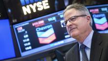 El director ejecutivo de la compañía Chevron, John Sanders Watson, durante la visita de ejecutivos e invitados de la compañía para celebrar el 95 aniversario de su salida al mercado financiero en la Bolsa de Nueva York, Estados Unidos. EFE