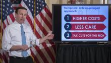 El senador demócrata por Connecticut, Chris Murphy, realiza una presentación para esclarecer el plan American Health Care Act, la propuesta de ley de sanidad que busca reemplazar alObamacare, durante una rueda de prensa en el Capitolio, Washington, Estados Unidos, el pasado 16 de marzo de 2017. EFE/Shawn Thew