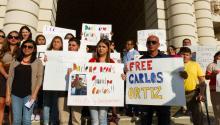 El miedo a las deportaciones se ha disparado entre los inmigrantes mexicanos en EEUU. En la foto, manifestación en pro de la liberación de Carlos Ortiz,un padre de familia de 49 años, residente en California. Pese a que el inmigrante presentó su matricula consular, los agentesde inmigración lo arrestaron. EFE/Felipe Chacon