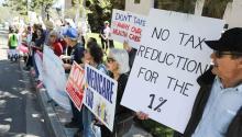 Manifestación en contra de las políticas de Donald Trump y en defensa del Obamacare en Vista (California). EFE