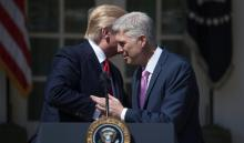 El nuevo juez del Tribunal Supremo, NeilGorsuch(d), saluda al presidente de los Estados Unidos, Donald Trump (i), durante su ceremonia de juramento en la Casa Blanca.