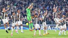 Los jugadores de Juventus celebran su victoria 3-0 contra Barcelona durante el juego de ida de los cuartos de final de la Liga de Campeones. EFE