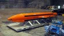 Esta es labomba GBU-43 Massive Ordnance Air Blast (MOAB), un gigantesco proyectil de unas 10 toneladas de peso, diseñado para destruir complejos de cuevas y túneles subterráneos. Foto: EFE.