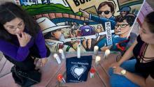"""Un miembro del grupo de activistas por los derechos de losinmigrantes""""Border Angels"""", enciende una vela durante una vigilia por uno de los miembros del grupo, Hugo Castro, en San Diego, California,EE.UU.Castro desapareció en el centro de México después de publicar un video en Facebook donde informó que lo estaban siguiendo. EFE"""