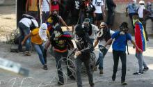 """""""Cinco personas han sido heridas de bala en incidentes separados cercanos a las protestas en circunstancias poco claras. Una de las víctimas se dice que fue herida por un opositor desde un rascacielos, aunque la afiliación política del victimario aún no se ha confirmado"""", añadió la periodista. """"Nueve manifestantes opositores parecen haber muerto como resultado de sus propias acciones (al menos nueve se electrocutaron cuando saqueaban una panadería)"""". EFE"""
