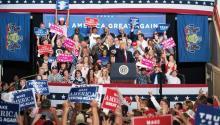Donald Trump, ante una multitud de seguidores, el pasado sábado en Harrisburg en la celebración de sus primeros 100 días en el poder. EFE.