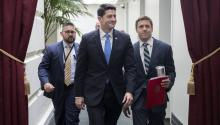 """El presidente de la Cámara Baja estadounidense, Paul Ryan (c) momentos antes de la votación que aprobó su proyectode ley para reemplazar al """"Obamacare"""". EFE."""