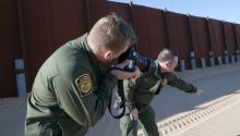 Según datos de la Oficina de Aduanas y Protección Fronteriza (CBP), un total de 15.780 inmigrantes cruzaron la frontera en abril, lo que supone un descenso del 5 % con respecto a los 16.600 del mes de marzo. Foto: EFE.