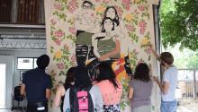 """- Al ritmo de las canciones de la rapera latina Ana Tijoux, unas madres indocumentadas pintaban el pasado 11 de mayo 2017, en Austin (Texas) a """"Poderosa"""", una obra que retrata a una inmigrante mexicana llegada a Estados Unidos hace 16 años para buscar un futuro mejor para sus dos hijos, que aparecen a su lado en la pintura.EFE/Alex Segura"""