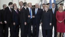 """El presidente Trump groseramente empujó a un costado al primer ministro de Montenegro, Dusko Markovic, durante una reunión de líderes de la OTAN. Markovic gentilmente describió el incidente a los reporteros como una """"situación inofensiva"""". EFE"""